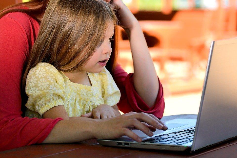 """""""Sharing, parenting and oversharing"""" –                                                                                 El fenómeno de compartir información de menores en internet, el consentimiento de sus padres y la sobreexposición."""